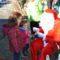 Papa Noel y sus elfos 'sorprenden' a los vecinos de la Fuente del Pino