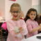 Una quincena de niños y niñas elaboran corazones de amor en una actividad del Museo