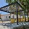 La plaza de la Ermita de Las Encebras cuenta ya con un sombraje 'participativo'