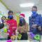 Alumnos del Cruz de Piedra regalan marionetas a los niños de la Arrixaca