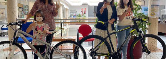 Las bicicletas del sorteo de la Semana de la Movilidad se van 'rodando' para Marta y Lola