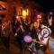 Cerca de un centenar de personas iluminaron la noche de violeta por la 'emergencia feminista'